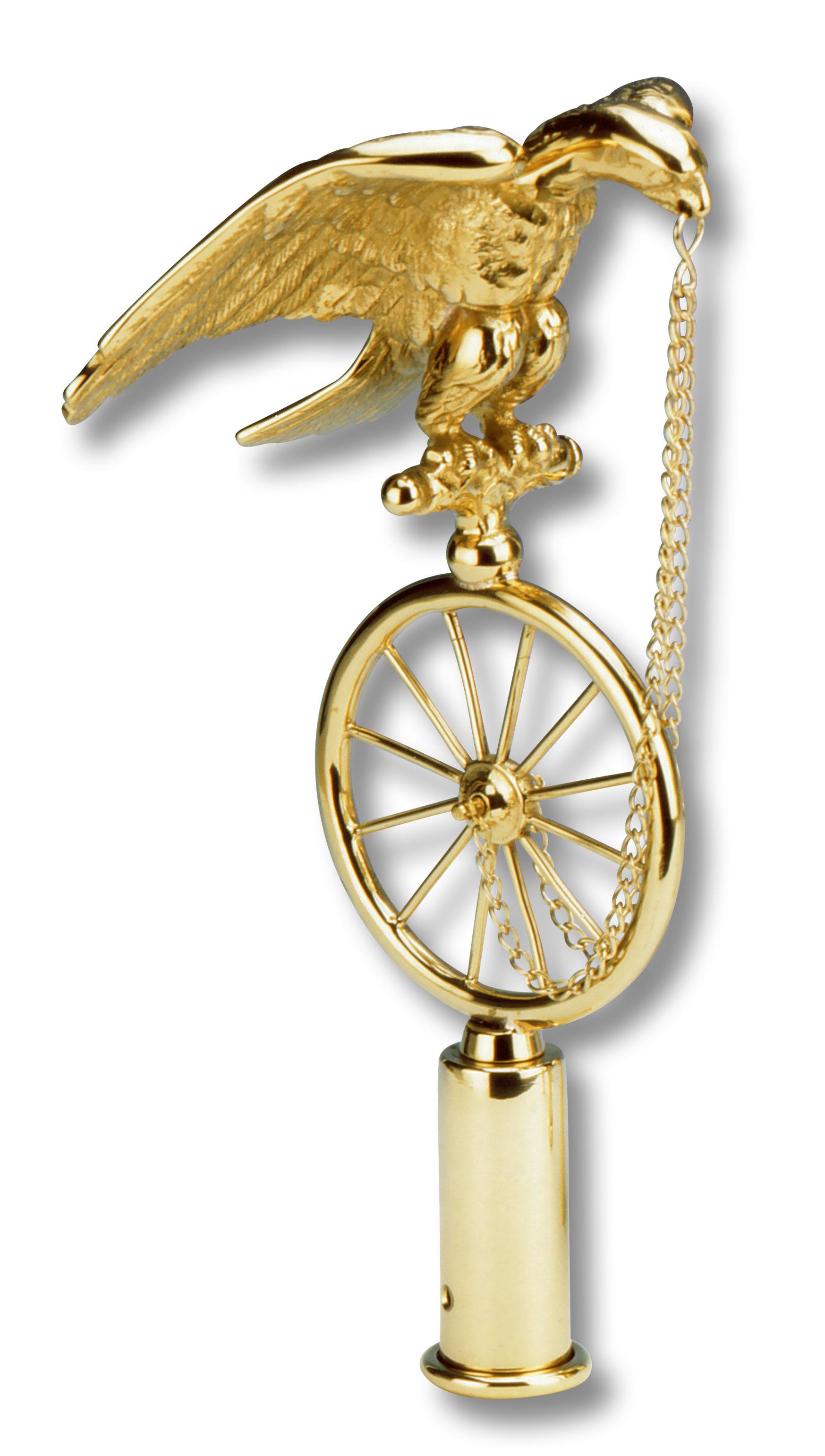 Dreidimensionaler Adler mit ausgebreiteten Schwingen sitzt auf einem Wagenrad.