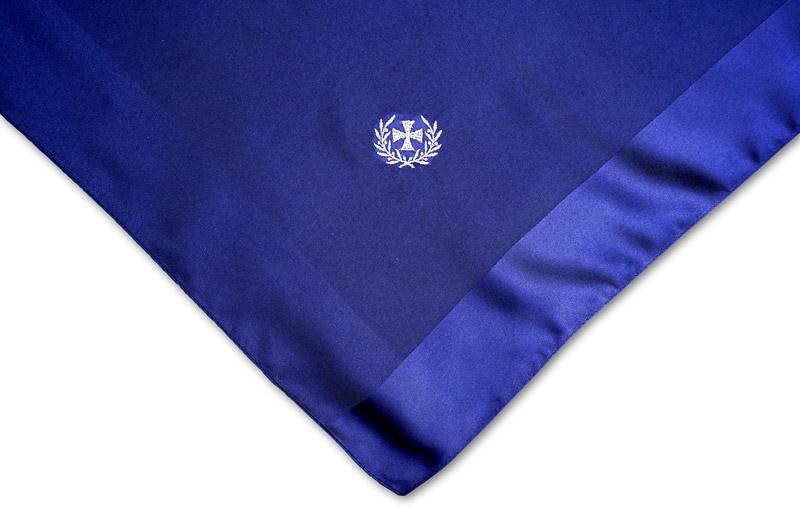 dunkelblaues Damentuch mit Bestickung Eisernes Kreuz mit Lorbeerkranz
