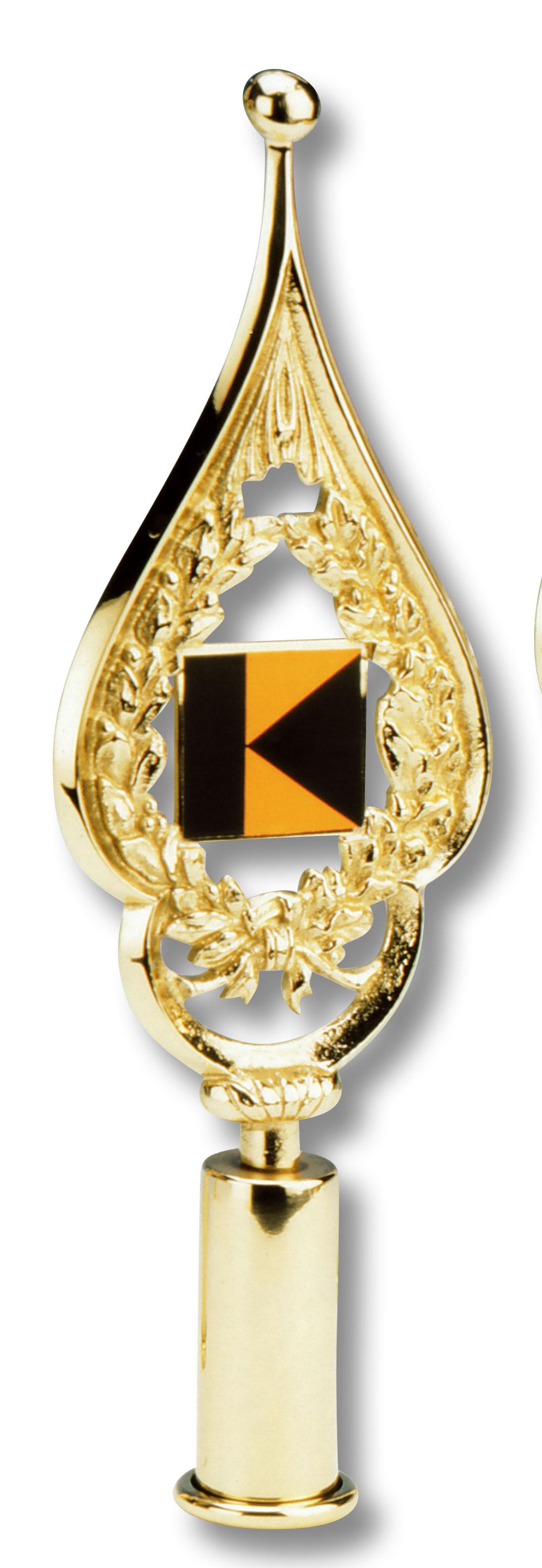 Schwarz-orangenes Kolping-Logo in einem goldfarbenem, spitz zulaufendem Messingrahmen.