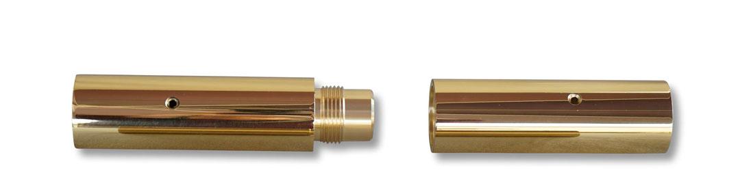 Zwei Messinghülsen mit Schraubgewinde für das Verbinden von Stangenunterteil und Stangenoberteil der Fahnenstange.