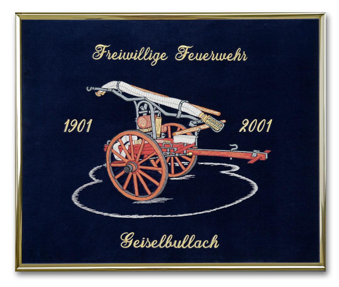 Feine Stickerei einer historischen Feuerwehrspritze mit Test auf baluem Samt mit Goldmetallrahmen