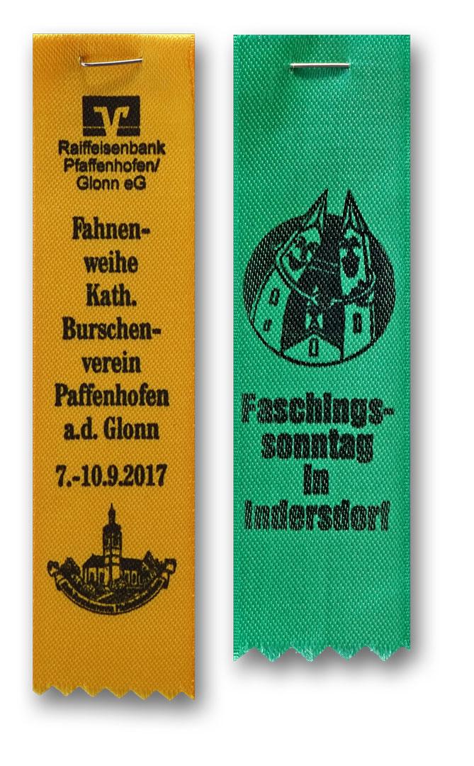 Festabzeichen einfarbig aus Satin mit einfarbig schwarzem Aufdruck von Schrift und Bild, Zackenschnitt und Sicherheistnadel