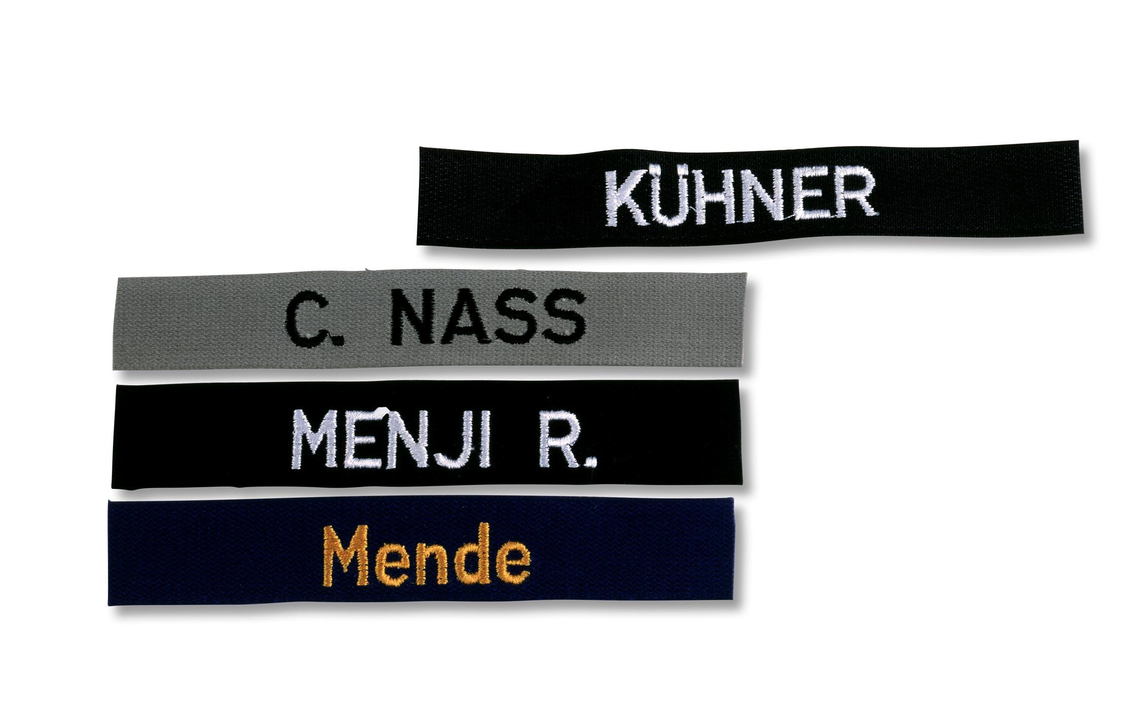 Verschieden farbige Gurtbänder mit gesticktem Vor- und Nachnamen